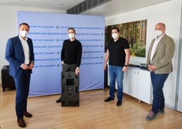 Wirtschaftslandesrat Jochen Danninger, IoT Baseplate GF Klaus Heimbuchner, KOSTAD Steuerungsbau Danny Dimitrov, accent GF Michael Moll (v.l.).