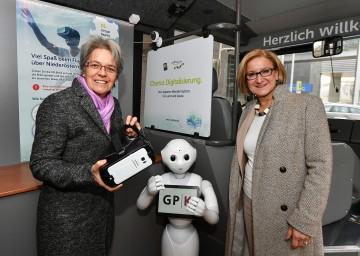 Technologie-Landesrätin Petra Bohuslav und Landeshauptfrau Johanna Mikl-Leitner bei der Besichtigung des neuen Bus zum Thema Digitalisierung (v.l.n.r.)