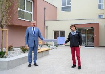 Wohnbau-Landesrat Martin Eichtinger bei der Schlüsselübergabe mit der Mieterin Eva Pfeiffer in Eggendorf