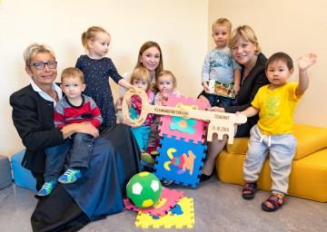 Bürgermeisterin Christine Dünwald, Leiterin Alexandra Hofegger und Landesrätin Mag. Barbara Schwarz freuen sich mit den Kindern über die neue Betreuungsgruppe in Scheibbs. (v.l.n.r.)