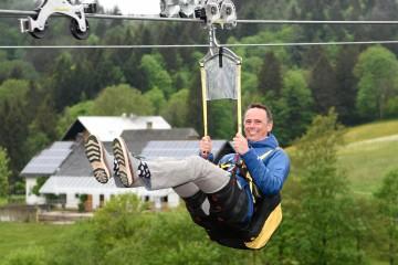 Fast 1,4 Kilometer ist die Fahrt mit der Zipline lang: Tourismuslandesrat Jochen Danninger testete die actionreichste Sommerdestination des Landes