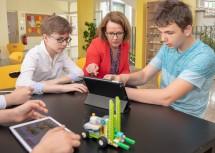 Bildungs-Landesrätin Christiane Teschl-Hofmeister besichtigt den Einsatz von Tablets in der Schule