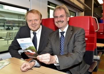 Präsentierten den neuen ÖBB cityjet: DI Michael Fröhlich, Regionalmanager der ÖBB-Personenverkehr AG, und Verkehrs-Landesrat Mag. Karl Wilfing. (v.l.n.r.)