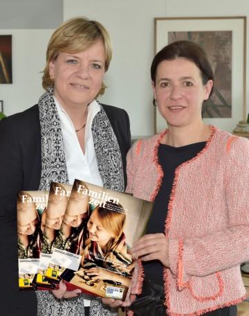 """Landesrätin Mag. Barbara Schwarz und Mag. Barbara Trettler, Geschäftsführerin der NÖ Familienland GmbH, freuen sich auf die bevorstehende erste Ausgabe der """"Familienzeit"""" im Jahr 2017."""