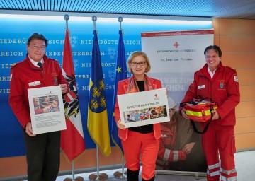 Im Bild von links nach rechts: Der Präsident des Roten Kreuzes Niederösterreich, Josef Schmoll, Landeshauptfrau Johanna Mikl-Leitner und Landesrettungskommandant Werner Kraut.