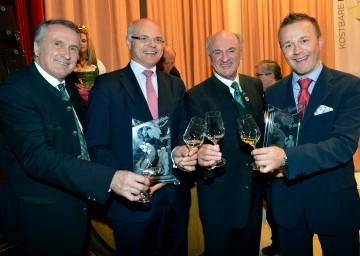 Der Präsident des Österreichischen Weinbauverbandes, DI Josef Pleil, Bacchuspreisträger Dr. Karl Stoss, Landeshauptmann Dr. Erwin Pröll und Bacchuspreisträger Aldo Sohm (v.l.n.r.) gestern, 5. November, bei der Weintaufe Österreich in Poysdorf.