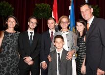 Landeshauptfrau Johanna Mikl-Leitner mit Bezirkshauptmann Stefan Grusch und dessen Familie.