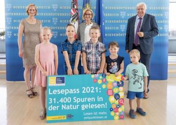 BhW-Geschäftsführerin Therese Reinel (von links), Landeshauptfrau Johanna Mikl-Leitner und Bildungsdirektor Johann Heuras mit Lesepass-Gewinnerkindern.