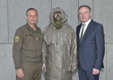Militärkommandant Brigadier Mag. Rudolf Striedinger überreichte Landesrat Dr. Stephan Pernkopf neuen Notfall-Plan.