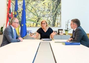 Im Bild: Landeshauptfrau Johanna Mikl-Leitner mit LH-Stellvertreter Stephan Pernkopf und Landesrat Ludwig Schleritzko.