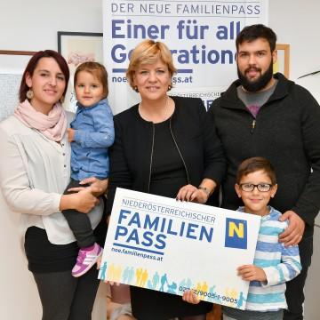 Cornelia Brad mit Tochter Alina Brad, Landesrätin Mag. Barbara Schwarz, Christian Böswart und Jaron Brad freuten sich im Jahr 2016 über den 8.000. Neuantrag des NÖ Familienpasses(v. l. n. r.)