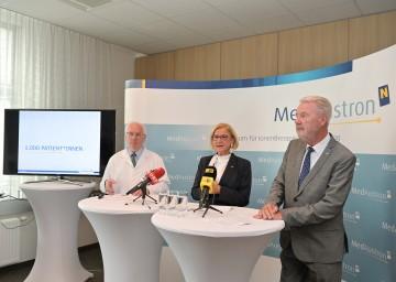 Bei der Pressekonferenz (von links): Prof. Dr. Eugen B. Hug (Ärztlicher Direktor MedAustron), Landeshauptfrau Johanna Mikl-Leitner und Aufsichtsratsvorsitzender und Bürgermeister Klaus Schneeberger