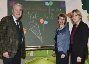 Die Waldschule in Wiener Neustadt wird zur inklusiven Schule für alle Kinder. Im Bild von links nach rechts: Bürgermeister Mag. Klaus Schneeberger, Direktorin Astrid Leeb und Landesrätin Mag. Barbara Schwarz