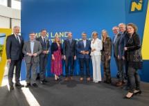 Die prominenten Gäste des Abends, Sigmar Gabriel und Nina Ruge, mit den Mitgliedern der NÖ Landesregierung.