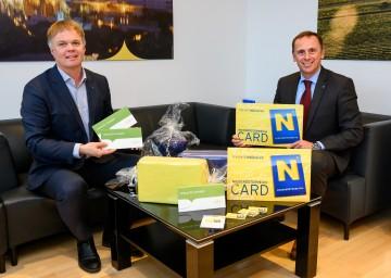 NÖ-Werbung Geschäftsführer Michael Duscher und Tourismuslandesrat Jochen Danninger (v.l.n.r.) informieren über regionale Geschenke aus Niederösterreich