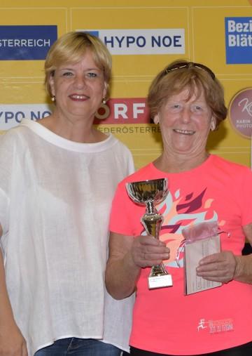 Landesrätin Barbara Schwarz gratulierte der ältesten Teilnehmerin am heurigen NÖ Frauenlauf: Laura Seyfried (83 Jahre) nahm als einzige Läuferin in der Gruppe über 80 Jahre teil