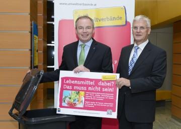 Neue Initiative gegen Lebensmittel im Abfall: Umwelt-Landesrat Dr. Stephan Pernkopf und Alfred Weidlich, Präsident des NÖ Abfallwirtschaftsvereins, präsentieren die neuen Müllraumtafeln (v.l.n.r.)