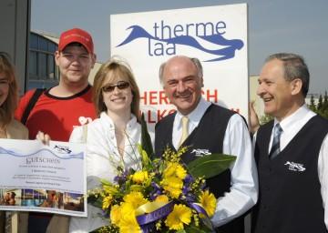 LH Dr. Erwin Pröll konnte heute den 2-Millionsten Besucher der Therme Laa (Claudia Kuchinka und Christoph Stadtschmitzer, links im Bild) begrüßen. Im Bild auch der Laaer Bürgermeister Ing. Manfred Fass (rechts).