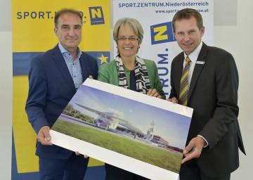 Siegerprojekt für Sportzentrum Niederösterreich in St. Pölten präsentiert: Architekt DI Karl Scheibenreif, Landesrätin Dr. Petra Bohuslav,  Franz Stocher, Geschäftsführer vom Sportzentrum Niederösterreich (v.l.n.r.)