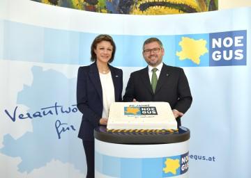 Im Bild von links nach rechts: NÖGUS-Geschäftsführerin Mag. Elfriede Riesinger und DI Ludwig Schleritzko, Landesrat für Finanzen und NÖGUS-Vorsitzender