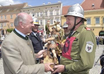 Den Heiligen Florian, der als Schutzpatron der Feuerwehren gilt, überreichten Landeshauptmann Dr. Erwin Pröll und NÖ Landesfeuerwehrkommandant Dietmar Fahrafellner an die Sieger beim 64. NÖ Landesfeuerwehrleistungsbewerb in Retz.