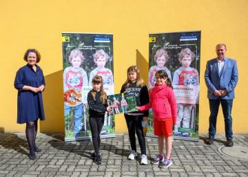 Landesrätin Christiane Teschl-Hofmeister und Bürgermeister Stefan Gratzl mit Kindern der Volksschule Hafnerbach<br />