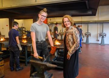 Bildungs-Landesrätin Christiane Teschl-Hofmeister besuchte das erste Tech-Dating 2021 mit rund 70 Schülerinnen in der Landesberufsschule Neunkirchen