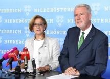 Landeshauptfrau Johanna Mikl-Leitner und Klubobmann Klaus Schneeberger informierten über das Demokratiepaket (v.l.n.r.)