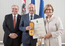 Ehrenzeichen für Landespolizeidirektor a.D. Franz Prucher (Mitte): Vizekanzler Wolfgang Brandstetter (links) und Landeshauptfrau Johanna Mikl-Leitner (rechts) gratulierten.