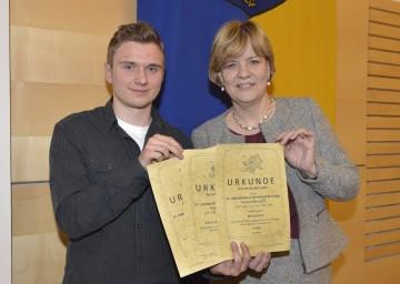 Bildungs-Landesrätin Mag. Barbara Schwarz gratulierte David Gradinariu, dem Gewinner von drei Wettbewerben aus der HAK Tulln.