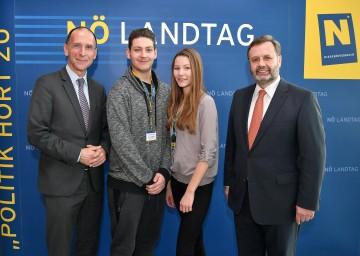 Im Bild von links nach rechts: Politologe Univ. Prof. Dr. Peter Filzmaier, Marco Ribitsch (LBS Laa/Thaya), Alina Bittner (BORG Deutsch-Wagram) und Landtagspräsident Ing. Hans Penz.