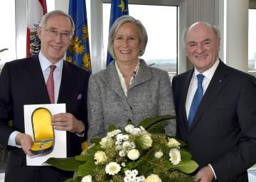 Landeshauptmann Dr. Erwin Pröll mit dem Ehrenzeichen-Träger Dr. Ferdinand Trauttmansdorff und dessen Gattin.