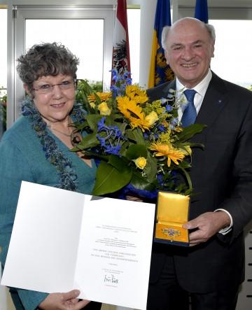 """Landeshauptmann Dr. Erwin Pröll überreichte das \""""Große Goldene Ehrenzeichen für Verdienste um das Bundesland Niederösterreich\"""" an Rotraud Perner."""