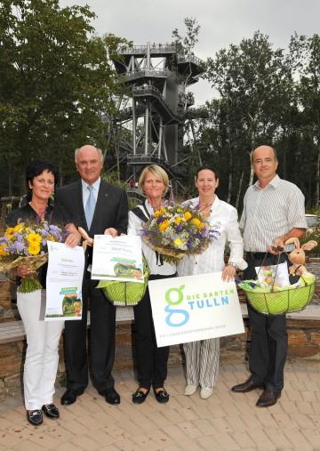 Landeshauptmann Dr. Erwin Pröll überreichte den 300.000sten BesucherInnen der NÖ Landesgartenschau, Cornelia Schröding und Sigrid Ganser, einen Geschenkskorb und eine Saisonkarte für das kommende Jahr.