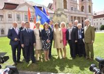Von links nach rechts: Innenminister Mag. Wolfgang Sobotka, der erste Vizepräsident des Ausschusses der Regionen Karl-Heinz Lambertz, der ukrainische Außenminister Pawlo Klimkin, Landesrätin Mag. Barbara Schwarz, die schottische Außenministerin Fiona Hyslop, Außenminister Sebastian Kurz, Landeshauptfrau Mag. Johanna Mikl-Leitner, die bayrische Staatsministerin Dr. Beate Merk, der amtierende serbische Premierminister Ivica Dacic, Abt Columban Luser, Moderator Dr. Paul Lendvai und EU-Kommissar Dr. Johannes Hahn.