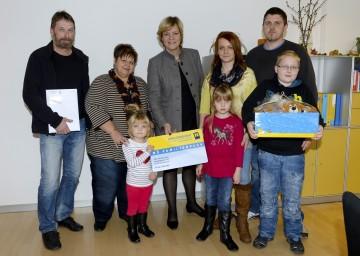 Familien-Landesrätin Mag. Barbara Schwarz überreichte die bereits 3.000 NÖ Familienpass-Oma/Opa-Karte an die Familie Formanek aus Eggern.