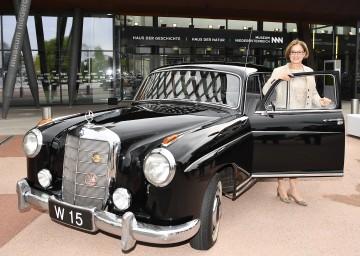 Landeshauptfrau Johanna Mikl-Leitner mit dem Dienstauto des ehemaligen Außenministers und Landeshauptmanns von Niederösterreich Leopold Figl