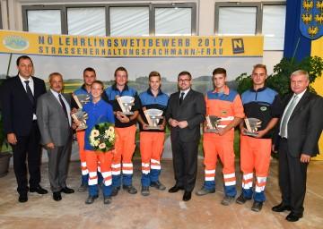 NÖ Straßenbaudirektor Josef Decker, Landesrat Ludwig Schleritzko und der Obmann der Landespersonalvertretung Hans Freiler gratulierten zu den großartigen Leistungen (v.l.n.r.)
