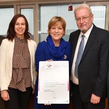 Zertifikatsüberreichung in St. Pölten: Bundesministerin Dr. Sophie Karmasin, Landesrätin Mag. Barbara Schwarz und Landesamtsdirektor Dr. Werner Seif Foto (v.l.n.r.)