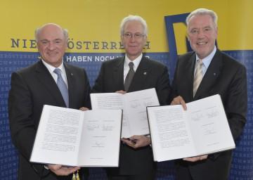 Vertragsunterzeichnung:  Landeshauptmann Dr. Erwin Pröll, Rektor Univ. Prof. Dr. Wolfgang Schütz, Aufsichtsratsvorsitzender Klubobmann Mag. Klaus Schneeberger (v. l. n. .r).