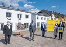 Schlüsselübergabe in Hainfeld, von links: Obmann Komm. Rat. Will Gelb, Landesrat Martin Eichtinger, Bürgermeister Albert Pitterle, Sonja und Manfred Eiblinger.