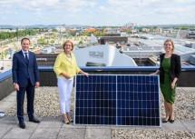 Zweite Ausbaustufe der Photovoltaikanlage am Dach der SCS eröffnet: Eigentümervertreter Paul Douay, Landeshauptfrau Johanna Mikl-Leitner und Klimaschutzministerin Leonore Gewessler (v.l.n.r.).
