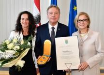 Ehrenzeichenverleihung: Doris und Alfredo Rosenmaier und Landeshauptfrau Johanna Mikl-Leitner (v.l.n.r.)