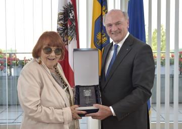 Landeshauptmann Dr. Erwin Pröll gratulierte der Schauspielerin und Intendantin Elfriede Ott zum 90. Geburtstag.