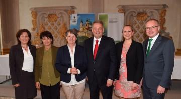 Im Bild von links nach rechts: Marlies Amann-Marxer (Liechtenstein), Doris Leuthard (Schweiz), Barbara Hendricks (Deutschland), Bundesminister Andrä Rupprechter, Sharon Dijksma (Niederlande) und Landesrat Stephan Pernkopf