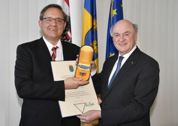 """Landeshauptmann Dr. Erwin Pröll überreichte das """"Goldene Komturkreuz des Ehrenzeichens für Verdienste um das Bundesland Niederösterreich"""" an Prof. Dr. Günther Ofner, Vorstandsdirektor der Flughafen Wien AG."""