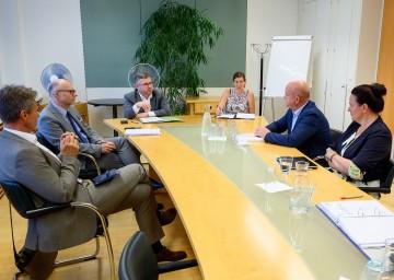 Landesrat Ludwig Schleritzko und Präsident Markus Wieser im Gespräch mit Expertinnen und Experten der Landesverwaltung und der Arbeiterkammer