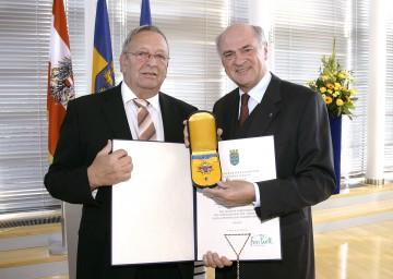 Hohe Landesauszeichnung für Josef Staudinger: Landeshauptmann Dr. Erwin Pröll überreichte dem AKNÖ-Präsidenten das Goldene Komturkreuz des Ehrenzeichens für Verdienste um das Bundesland Niederösterreich.