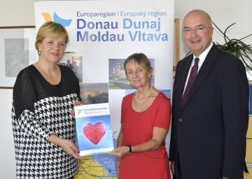 Im Bild von links nach rechts: Landesrätin Barbara Schwarz, Prof. Monika Vyslouzil (FH St. Pölten), Prof. Karl Ennsfellner (IMC FH Krems) präsentieren die neue Broschüre zum Gesundheitsstandort Europaregion Donau-Moldau