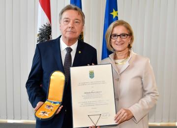 """Das """"Silberne Komturkreuz mit dem Stern des Ehrenzeichens für Verdienste um das Bundesland Niederösterreich"""" nahm SP-Klubobmann Alfredo Rosenmaier aus den Händen von Landeshauptfrau Johanna Mikl-Leitner entgegen. (v.l.n.r.)"""